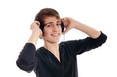 Jeune homme avec des écouteurs images stock