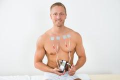 Jeune homme avec des électrodes sur le coffre Photo libre de droits