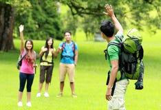 Jeune homme avec des amis campant en parc Image stock