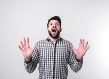 Jeune homme avec des bras augmentés La diffusion de type distribue D'isolement sur le fond blanc Étudiant barbu utilisant une che Photo stock