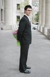 Jeune homme avec des fleurs Photographie stock libre de droits