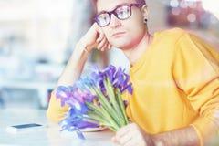 Jeune homme avec des fleurs attendant la date Image libre de droits