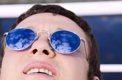Jeune homme avec des glaces de miroir image libre de droits