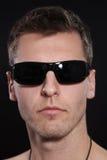 Jeune homme avec des lunettes de soleil Image libre de droits