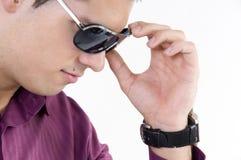 Jeune homme avec des lunettes de soleil Photographie stock libre de droits