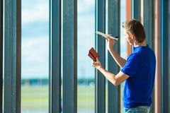 Jeune homme avec des passeports, carte d'embarquement et Photo libre de droits