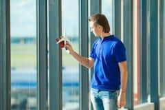 Jeune homme avec des passeports, carte d'embarquement et Images stock