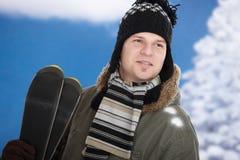 Jeune homme avec des skis Photographie stock