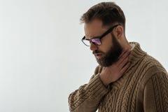 Jeune homme avec douleur dans sa gorge photographie stock libre de droits