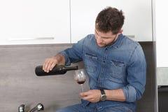 Jeune homme avec du vin Images libres de droits