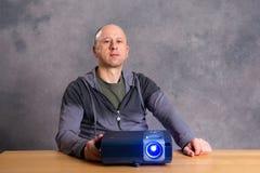 Jeune homme avec film de montre de projektor le bon Photographie stock libre de droits