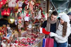 Jeune homme avec l'amie au marché de Noël Photo stock