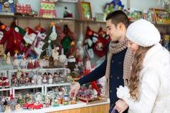 Jeune homme avec l'amie au marché de Noël Photos stock
