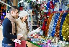 Jeune homme avec l'amie au marché de Noël Photographie stock libre de droits