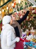 Jeune homme avec l'amie au marché de Noël Image libre de droits