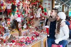 Jeune homme avec l'amie au marché de Noël Images libres de droits