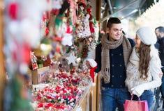 Jeune homme avec l'amie au marché de Noël Images stock