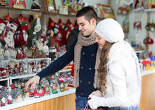 Jeune homme avec l'amie au marché de Noël Photos libres de droits