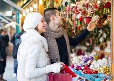 Jeune homme avec l'amie au marché de Noël Image stock