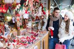 Jeune homme avec l'amie au marché de Noël Photographie stock