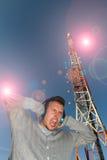 Jeune homme avec l'antenne de casques et de télécommunication entre Image libre de droits