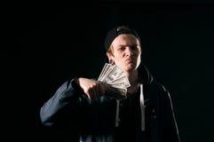 Jeune homme avec l'argent dans des ses mains Images libres de droits