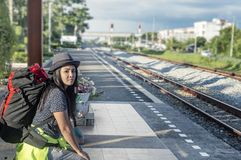 Jeune homme avec l'attente de sac à dos prochaine la station de train photographie stock libre de droits