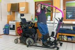 Jeune homme avec l'infirmité motrice cérébrale infantile photos libres de droits