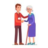 Jeune homme avec l'insigne aidant une vieille dame Photo libre de droits