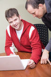 Jeune homme avec l'ordinateur Photographie stock libre de droits