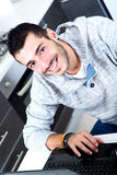 Jeune homme avec l'ordinateur portable dans la cuisine image libre de droits