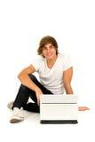 Jeune homme avec l'ordinateur portatif Photographie stock
