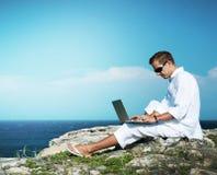 Jeune homme avec l'ordinateur portatif