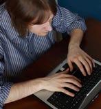 Jeune homme avec l'ordinateur portatif photos libres de droits