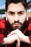 Jeune homme avec la barbe et la perforation photographie stock libre de droits