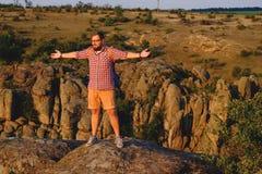 Jeune homme avec la barbe se tenant sur le précipice du canyon Image libre de droits