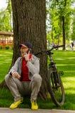 Jeune homme avec la bicyclette Photographie stock libre de droits