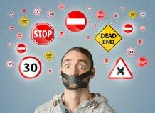 Jeune homme avec la bouche et les feux de signalisation collés Image stock