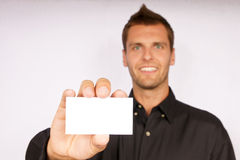 Jeune homme avec la carte de visite professionnelle de visite Photos stock