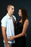 Jeune homme avec la chemise défaite et sa amie Images stock