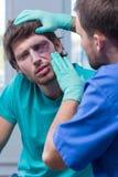 Jeune homme avec la contusion d'oeil photo libre de droits