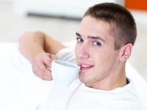 Jeune homme avec la cuvette de café Photographie stock