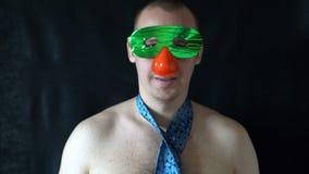 Jeune homme avec la danse nue de torse dans un masque drôle clips vidéos