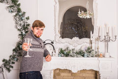 Jeune homme avec la glace de champagne Célébrations de Noël et de nouvelle année Photos stock