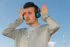 Jeune homme avec la musique d'écouteurs photos libres de droits