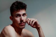Jeune homme avec la pensée de moustache images libres de droits