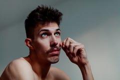 Jeune homme avec la pensée de moustache image stock