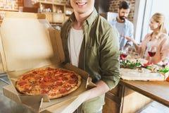 Jeune homme avec la pizza Images stock