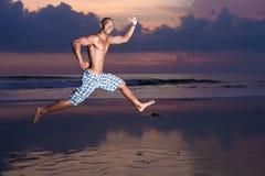 Jeune homme avec la planche de surf Photo stock