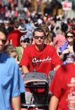 Jeune homme avec la poussette dans la foule photo stock